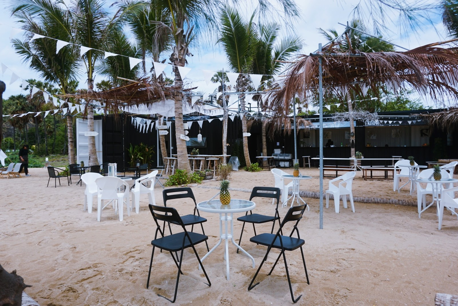 1d+Day Artist Cafe คาเฟ่สไตล์มินิมอลติดริมทะเล