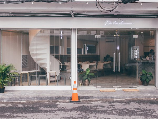 """Phak Cafe & Crafts"" คาเฟ่ปูนเปลือย"
